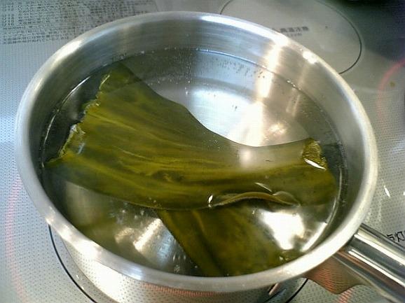 おいしい水に昆布を入れ火にかけます